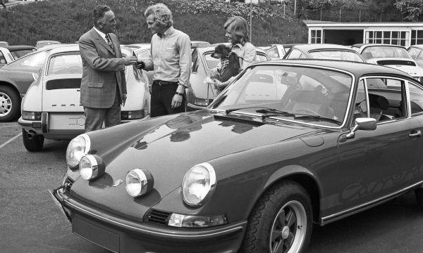 Porsche eigenaren halen al 70 jaar hun nieuwe auto op bij de Porschefabriek in Stuttgart