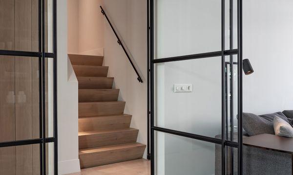 Met de deur in huis