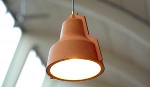 Vergeten ambacht herleeft in lederen hanglamp