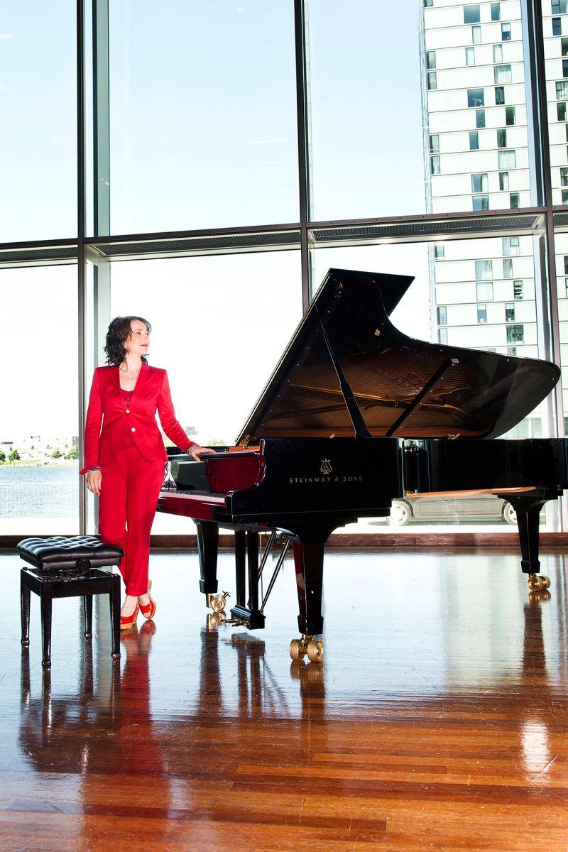 Marietta Petkova-rood bij vleugel-door Mona Alikhah