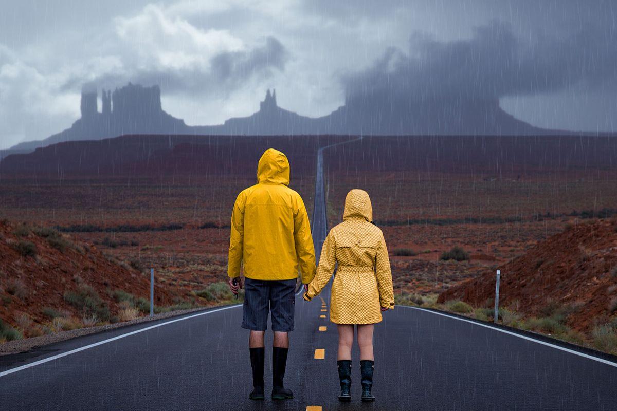 Monument-Valley-Gele-regen-jassen-Miranda Koller-Lourens Magazine